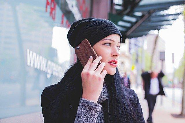 telefonující dívka