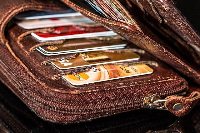 peněženka plná platebních karet